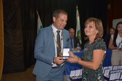 Награждаване - Учител на годината - г-жа Валя Владимирова - ДГ Виолина - Петърч